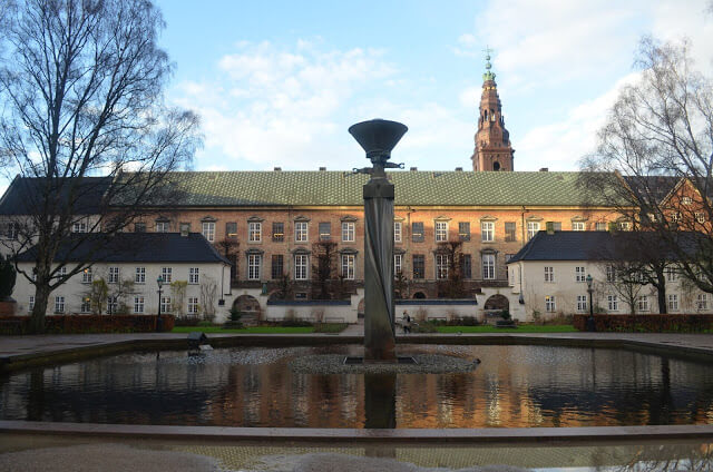igreja Holmen e pelo Børsen