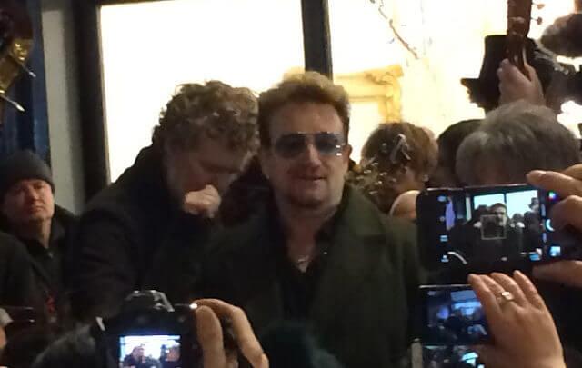 Dublin - Bono canta na rua no natal