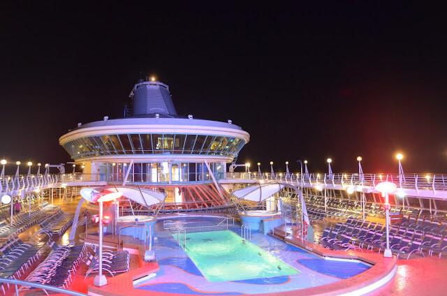 la noche de la piscina de crucero