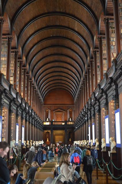 atracción principal de la Biblioteca es el Libro de Kells