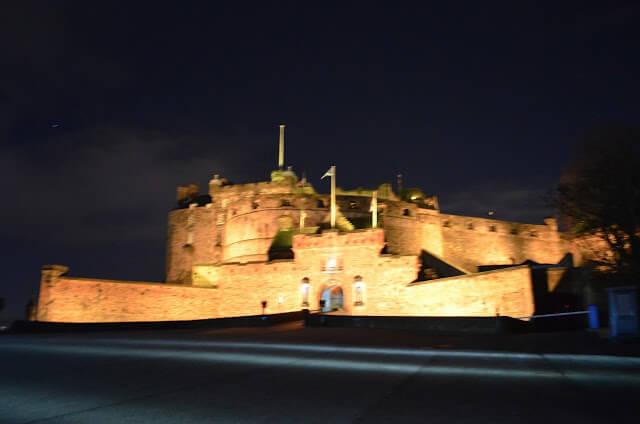 Castelo de Edimburgo iluminado