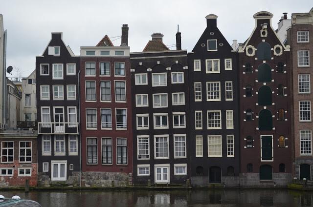 casas en los bordes de los canales