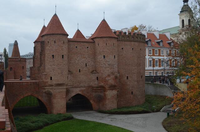 Forte Staromiejskie (Fortyfikacje staromiejskie) e Pomnik Malego Powstanca