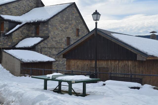 Mesa de ping pong coberta de neve