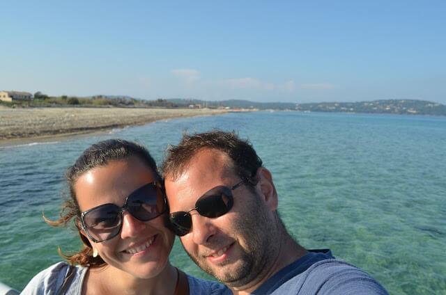 Priscila e Christian Gutierrez na praia de Pampelonne