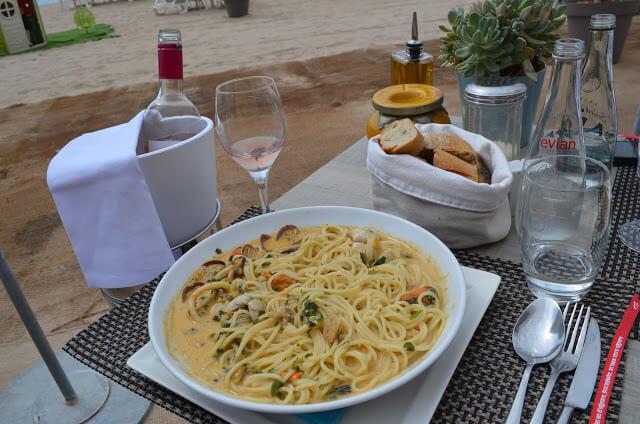 Restaurante na praia de Cannes