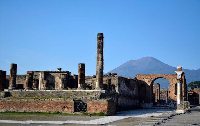 Pompéia, a cidade devastada pelo vulcão, a qual hoje em dia é uma atração