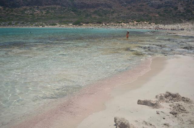 Praia com areia rosa? Sim existe!! Venha saber onde fica.