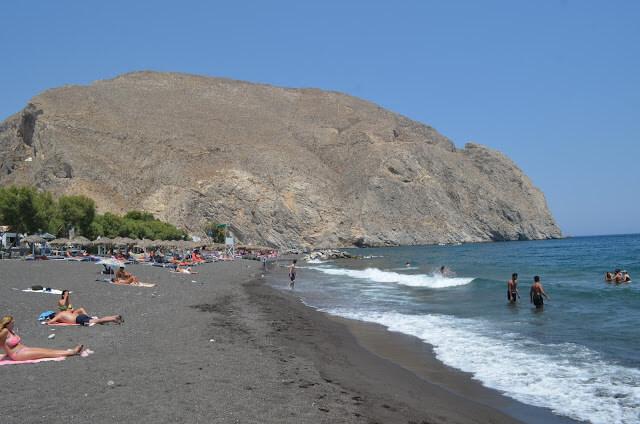 Praia de Perissa é uma dessas praias de areia preta