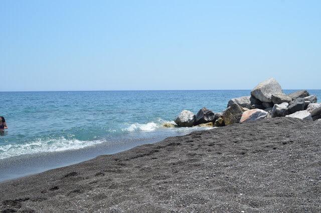 praia de areia preta em Santorini