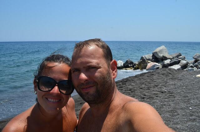 Praia de areia preta? Também existe, venha saber onde fica essa maravilha!!