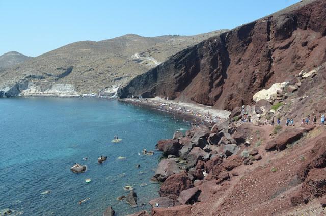 Praia de areia vermelha em Santorini