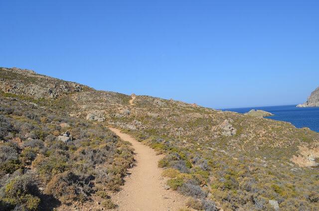 Trilha para a Praia de Psili Amos