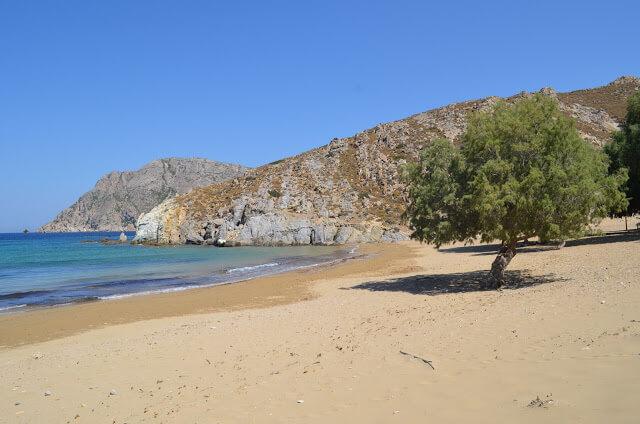 A praia é de areia branca e fina