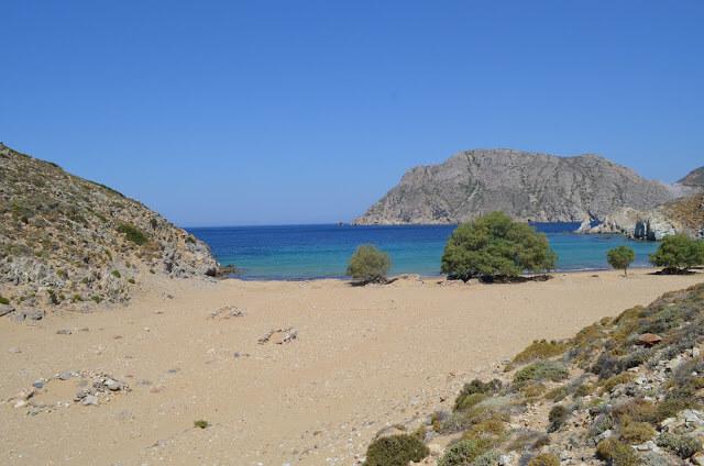praia de areia nesta Ilha de Patmos