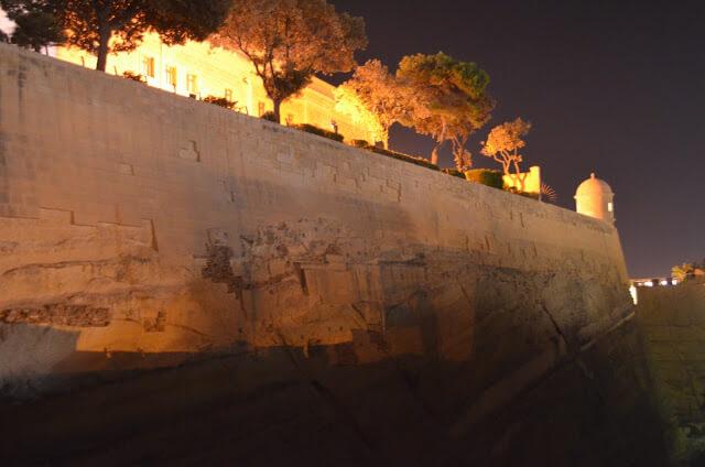 Parte da muralha da cidade antiga de Valeta, vista de noite