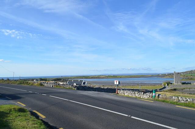 Estrada que leva os Cliff of Moher