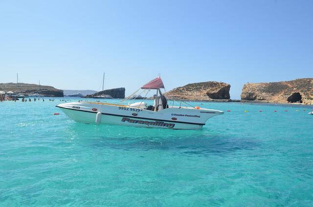 Barco flutuante nas águas claras da Blue Lagoon