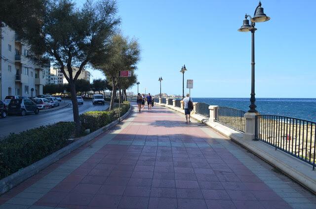 Beira mar da cidade de Silema em Malta