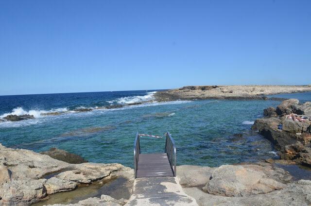 Piscina natural Qawra Point Beach