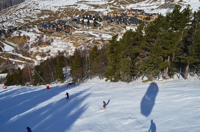 Pessoal esquiando na estação de esqui baquera-beret