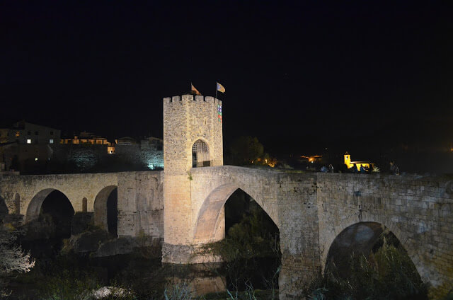 Ponte de Besalu a noite