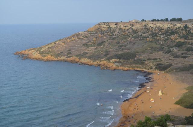 Calypso Cave vista da praia Ramla Bay Beach