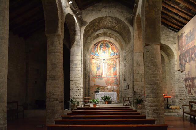 igrejas tem lindas pinturas romanas nas paredes