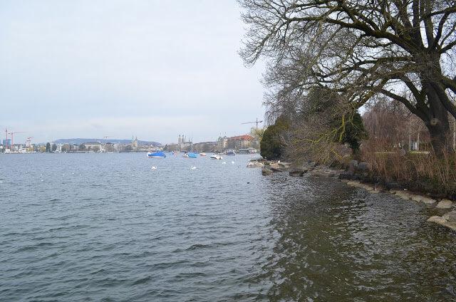 calçadão a beira do lago de Zurique