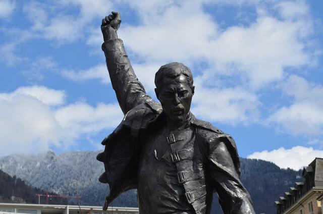 estátua em homenagem a Freddie Mercury