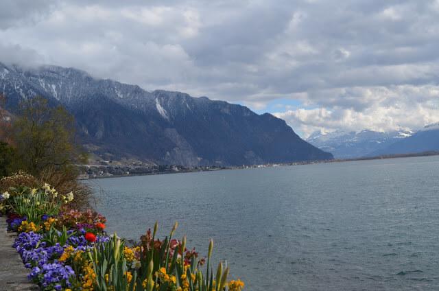 calçadão à beira de Montreux na margens do lago Léman