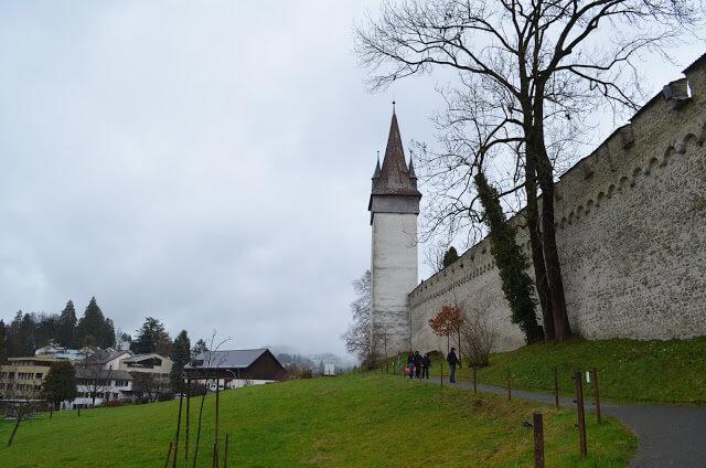 suas sete torres as Nölliturm, Männliturm, Luegislandturm, Zeitturm, Schirmerturm, Allenwindenturm e a Dächliturm