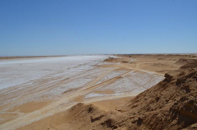 lago de sal e para o deserto do Sahara na Tunísia