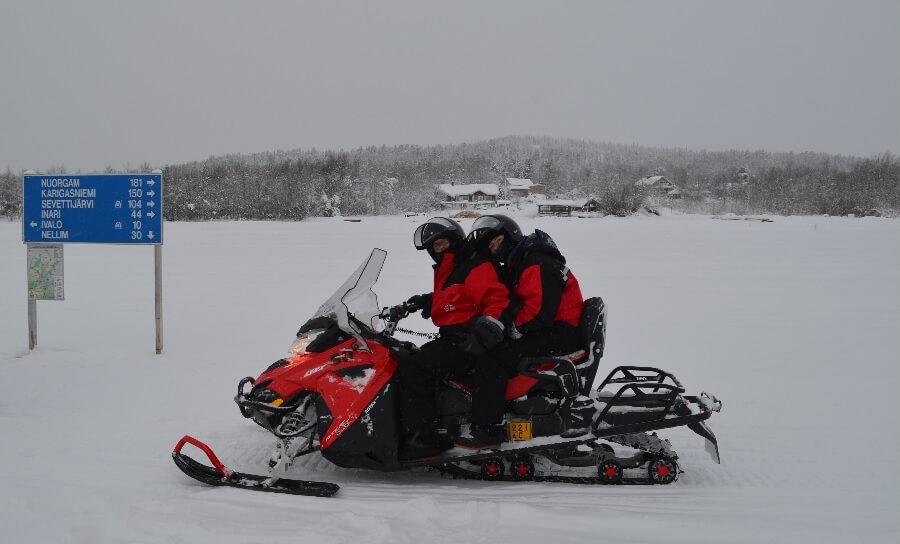 moto de neve na Finlândia