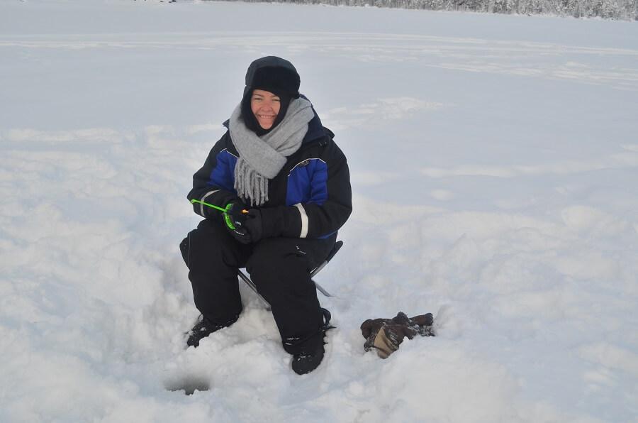 Priscila Gutierrez pescando no lago congelado