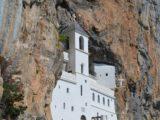 Ostrogin luostari, luostari, joka on upotettu vuorelle