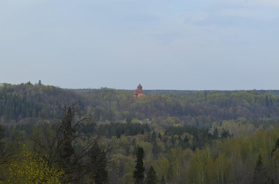 Castelo de Sigulda é possível ver o Castelo de Turaida