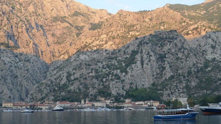 Muo, cidade nas margens da Baía de Kotor em Montenegro