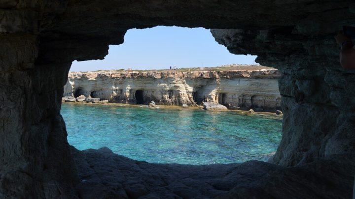 Sea Caves no Chipre ou Cavernas do Mar