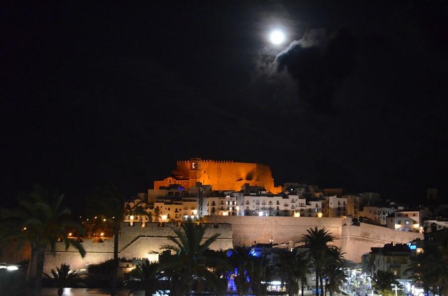 Castelo de Peñiscola com lua cheia
