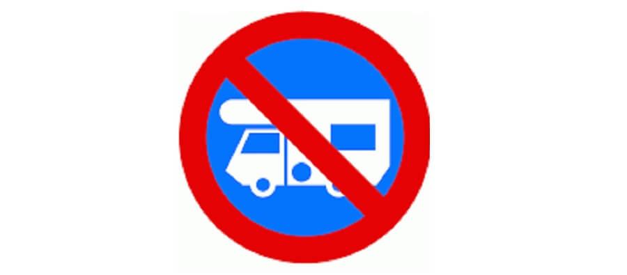 No hi ha aparcament ni es pernocta amb el cartell de MotorHome