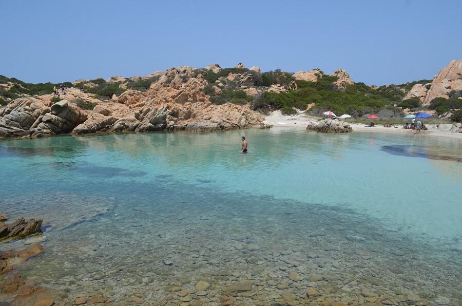 La Maddalenan saarelta Capreran saarelle, jossa Napoletanan ranta sijaitsee